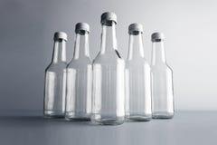 Botella de cristal vacía del cocoktail con el sistema blanco de la maqueta del casquillo Fotos de archivo libres de regalías