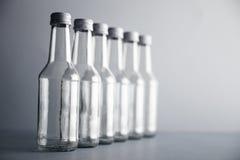 Botella de cristal vacía del cocoktail con el sistema blanco de la maqueta del casquillo Foto de archivo libre de regalías