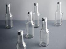 Botella de cristal vacía del cocoktail con el sistema blanco de la maqueta del casquillo Imagen de archivo