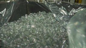 Botella de cristal vacía en la bolsa de plástico clip concepto de empaquetado del objeto almacen de metraje de vídeo