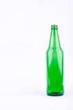 Botella de cristal verde de cerveza para el partido de la bebida de la cerveza en la bebida blanca del fondo aislada Imagen de archivo libre de regalías