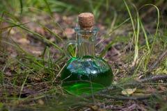 Botella de cristal verde mágica con la poción imágenes de archivo libres de regalías