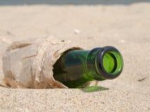 Botella de debajo la cerveza en papel Fotos de archivo