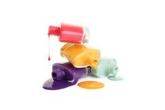 Botella de esmalte de uñas derramado aislado en blanco Imágenes de archivo libres de regalías