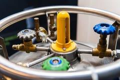 Botella de gas criogénica con diversas válvulas imagen de archivo libre de regalías