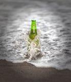 Botella de Heineken Lager Beer en el océano Heineken Lager Beer es una cerveza de cerveza dorada pálida producida por la compañía foto de archivo libre de regalías