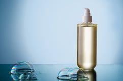 Botella de jabón líquido con la burbuja Fotos de archivo