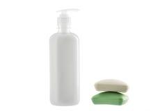Botella de jabón líquido y dos barras de jabón en el fondo blanco Imagen de archivo libre de regalías