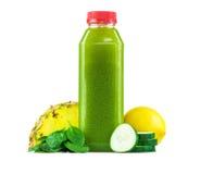 Botella de jugo de la espinaca, de la piña, del pepino y de limón Foto de archivo