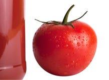 Botella de jugo de tomate con el tomate imagenes de archivo