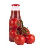 Botella de jugo de tomate con los tomates fotografía de archivo libre de regalías