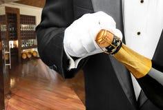 Botella de la apertura del camarero de champán Imagenes de archivo