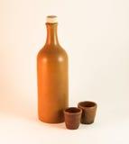 Botella de la arcilla de un vino y de una cuchara de madera Imágenes de archivo libres de regalías