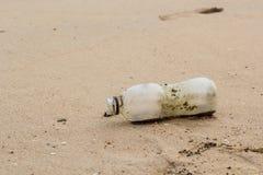 Botella de la basura en la playa Fotografía de archivo