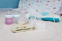 Botella de la bomba de lactancia y de leche para el bebé Fotos de archivo