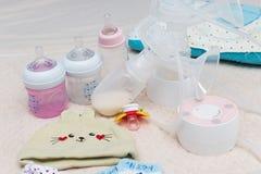 Botella de la bomba de lactancia y de leche para el bebé Imagen de archivo
