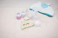 Botella de la bomba de lactancia y de leche para el bebé Imágenes de archivo libres de regalías