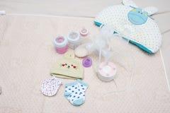 Botella de la bomba de lactancia y de leche para el bebé Fotografía de archivo
