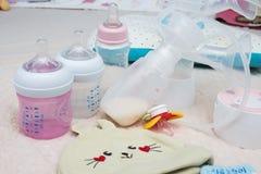 Botella de la bomba de lactancia y de leche para el bebé Fotos de archivo libres de regalías