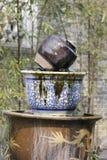 Botella de la cerámica que viene hacia fuera agua como la primavera fotos de archivo