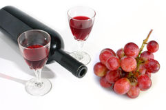 Botella de la copa de vino y de vino con la uva aislada Fotos de archivo