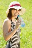 Botella de la explotación agrícola de la chica joven de agua Foto de archivo