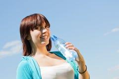 Botella de la explotación agrícola de la chica joven de agua Fotografía de archivo libre de regalías