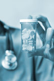 Botella de la explotación agrícola de la enfermera de píldoras Fotos de archivo libres de regalías