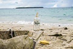 Botella de la playa foto de archivo