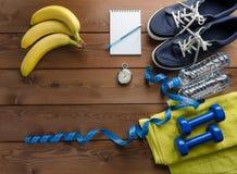 Botella de la toalla de la cinta de la medida del cronómetro de las pesas de gimnasia de las zapatillas de deporte de agua Foto de archivo