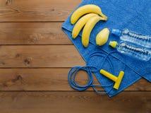 Botella de la toalla de la cuerda que salta de pera y de plátanos del agua Foto de archivo libre de regalías
