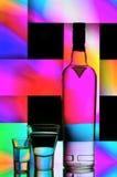 Botella de la vodka y vidrios de tiro Fotos de archivo