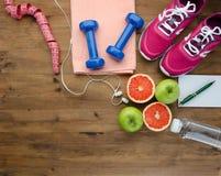 Botella de las pesas de gimnasia de las zapatillas de deporte de manzana del agua y de cinta de la medida imágenes de archivo libres de regalías