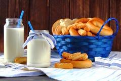 Botella de leche con el pan blanco Foto de archivo