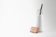 Botella de leche y de galletas Imagen de archivo libre de regalías