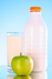 Botella de leche y de manzana Imagen de archivo