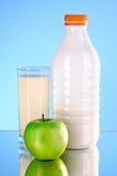 Botella de leche y de manzana Foto de archivo
