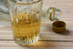 Botella de licores y de un vidrio imagenes de archivo