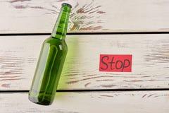 Botella de mentira, mensaje de papel rojo fotos de archivo libres de regalías