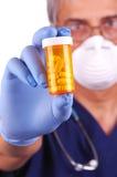 Botella de píldora del doctor Holding Fotografía de archivo libre de regalías