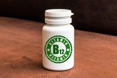 Botella de píldoras con la vitamina B12 Imagen de archivo libre de regalías