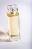 Botella de perfume amarilla foto de archivo