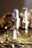 Botella de perfume con el fondo 003 del oro imágenes de archivo libres de regalías