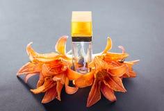 Botella de perfume con el lirio imagen de archivo libre de regalías