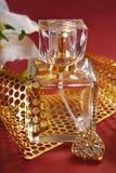 Botella de perfume con la decoración del oro Imagenes de archivo