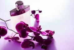 Botella de perfume con la orquídea fotografía de archivo libre de regalías