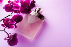 Botella de perfume con la orquídea fotografía de archivo