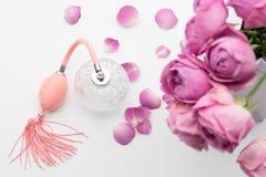 Botella de perfume con las flores en el fondo blanco Perfumería, cosméticos, colección de la fragancia fotografía de archivo libre de regalías