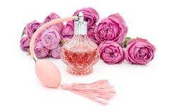 Botella de perfume con las flores en el fondo blanco Perfumería, cosméticos, colección de la fragancia Copyspace para el texto fotos de archivo libres de regalías
