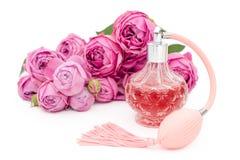 Botella de perfume con las flores en el fondo blanco Perfumería, cosméticos, colección de la fragancia Copyspace para el texto fotografía de archivo
